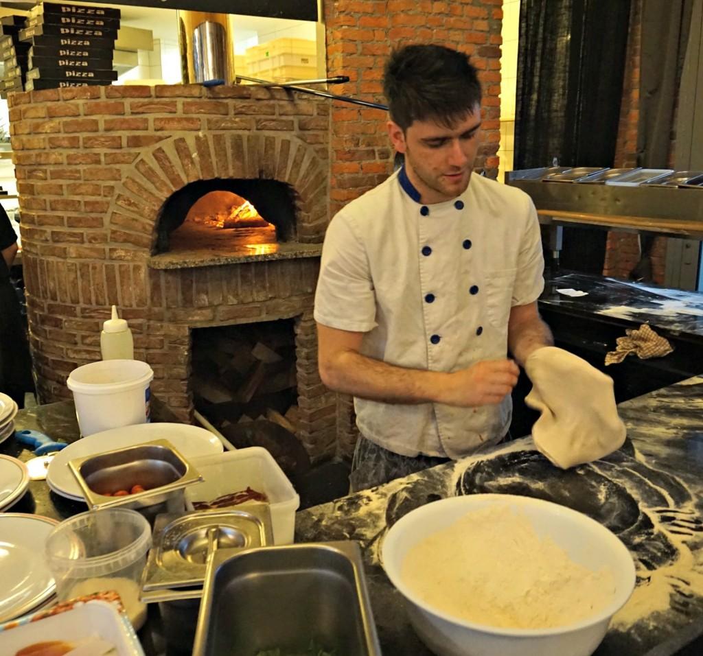 L'Artista pizza making